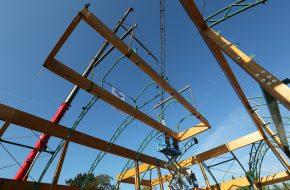 Een 100 tons kraan heeft het nokstuk geplaatst van Jardin d'Hiverre.