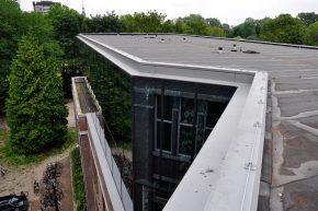 Door de dakconstructie van de opbouw terug te leggen en zo klein mogelijk te houden, eindigt de glasgevel ogenschijnlijk met een slank aluminium glasprofiel.