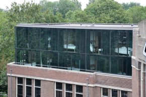 De glazen gevels van de hotelkamers op de bovenste verdiepingen hebben gordijnen, maar veel gasten houden ze open om te genieten van het uitzicht op het Oosterpark.
