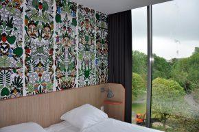 De hostelkamers in de opbouw zijn doorgaans voor twee personen geschikt. De kamers in de bestaande bouw zijn middels stapelbedden geschikt voor vier personen.