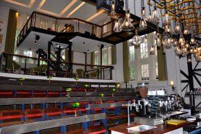 De voormalige collegezaal is nu in gebruik als presentatieruimte met barfaciliteiten. Een tussenvloer zorgt voor een extra verbinding tussen de verdiepingen. De honderd jaar oude banken zijn bewaard gebleven.