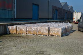 Aan de leemstenen voor Emmen is kalk toegevoegd. De verpakking in plastic voorkomt te snelle droging, waardoor de kalk niet voldoende zou verharden.