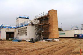 Het entreegebouw voor de serenga in Emmen in aanbouw. (Foto: Henk Wind)