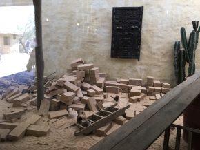 In het entreegebouw van de serenga is een vitrine gemaakt over leembouw in Mali en omstreken. (Foto: Henk Wind)