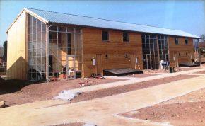 In de jaren 90 werkte Oskam al mee aan een project in Denemarken van 35 woningen voor duurzame sociale woningbouw, met cellulose-isolatie en serres op het zuiden. Oskam produceerde de leemstenen daarvoor ter plaatse.