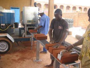 In Mali bouwt de Stichting Dogon Onderwijs scholen van leemstenen met de machines van Oskam.