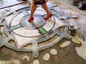 Ingelegde kunstwerken in de terrazzovloer.