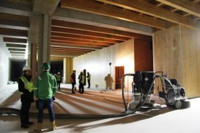 In de grote sparingen in het kelderdek is een dubbel raster van houten balken gelegd.