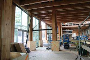 Op de betonnen kelderbak is verder gebouwd met hout.