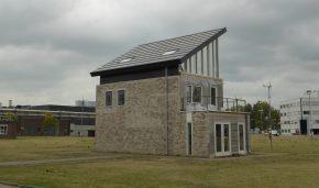 Het resultaat van het lessenaarsdak is een flink oppervlak aan PV-panelen, met onder het dak een grote bruikbare werkruimte.
