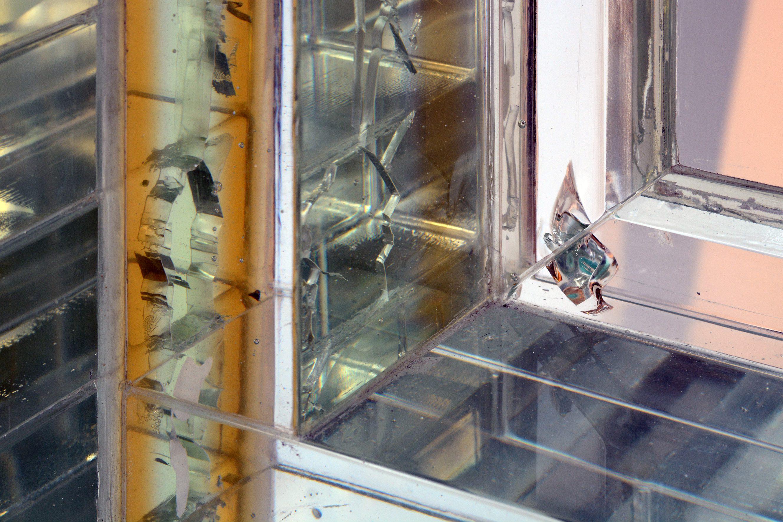 Barsten in glazen gevel