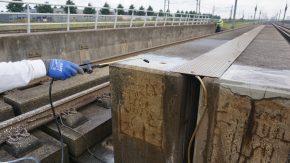 Aanbrengen van het vloeibare reparatiemiddel ER7 op betonnen onderdelen van het spoor.