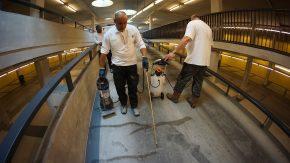 Aanbrengen van het vloeibare reparatiemiddel ER7 op de vloer van een parkeergarage.