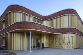 Nieuwe schoolgebouw met golvende gevel