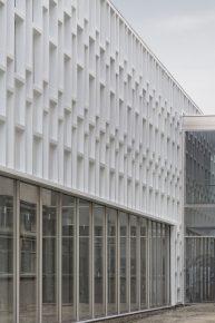 Bij het open studielandschap is de onderste drie meter uitgevoerd in glas. Daarboven hangt de composiet gevel.
