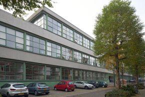 De nieuwbouw bevindt zich op het middenterrein van de bestaande monumentale school.
