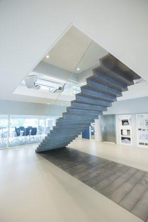 Ultraslanke trap van beton en glas for Trap ontwerpen