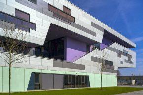 Nieuw schoolgebouw in Assen met grote overstek