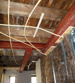 Versprongen stalen onderslagbalken vervangen de dragende tussenmuren.