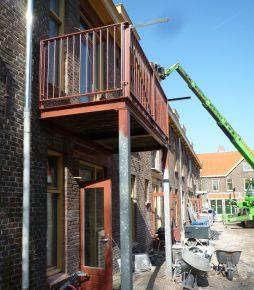 De oude balkons waren uitkragend en van hout; de nieuwe zijn van staal en ondersteund.