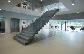 Slanke trap, beton, glas