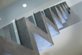 Ultraslanke trap in glas en beton bouwwereld