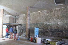 Het nieuwe entreegebouw met historisch metselwerk en kolommen van douglas boomstammen.