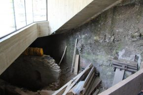 De entree gaat onder de straat door, tussen archeologische resten door.