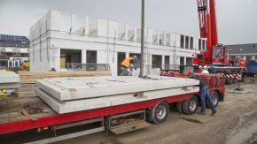 Binnen 20 minuten wordt een volledig vloerveld met Dycore Kant & Klaar vloerelementen verwerkt vanaf de vrachtwagen
