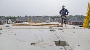 """Door de droge bouwmethodiek wint voorman Remco van den Beemd al gauw twee weken. """"We kunnen direct verder bouwen."""""""