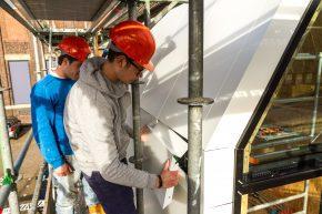 De gevelbekleding is de waterdichte afscherming van het gebouw, voorzien van een interne waterafvoer tussen de elementen onderling.