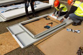Zetwerk rondom de ramen is eenvoudig te maken uit alumiumcomposietsandwich. De maatvoering is zeer strak.
