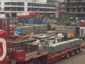 De zware drukspanten die op de begane grond zijn geplaatst, zijn twee bouwlagen hoog.