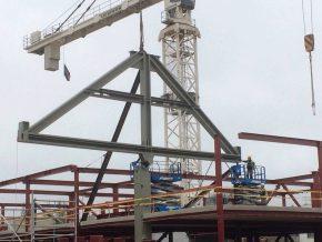 De overkragende vakwerkspanten zijn opgebouwd uit drie geprefabriceerde delen.