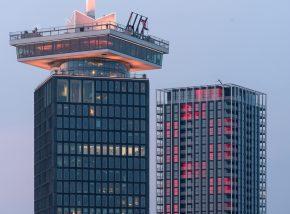 April 2017, vlak voor de oplevering: rood verlichte andreaskruizen accentueren de heldere opbouw van B'Mine.