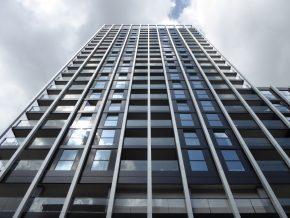 De dichte delen van de SIPSpanelen zijn afgewerkt met geëmailleerd glas en aluminium afdekkappen bij de vloerranden