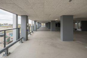 De bovengrondse parkeervoorziening heeft een draagstructuur met kolommen. Hierop staat de overgangsconstructie voor de tunnelgietbouw van de woontoren