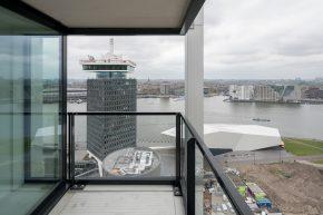 Door het open karakter van de ruime balkons met glazen afscheidingen ontstaat een geweldig uitzicht.