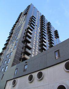 De gunstig op de zon gelegen gevels hebben uitkragende balkons en zijn deels voorzien van PV-panelen. Onder meer door de bevestiging van PVpanelen aan een hoge gevel is deze oplossing duurder dan plaatsing van PV-panelen op het dak
