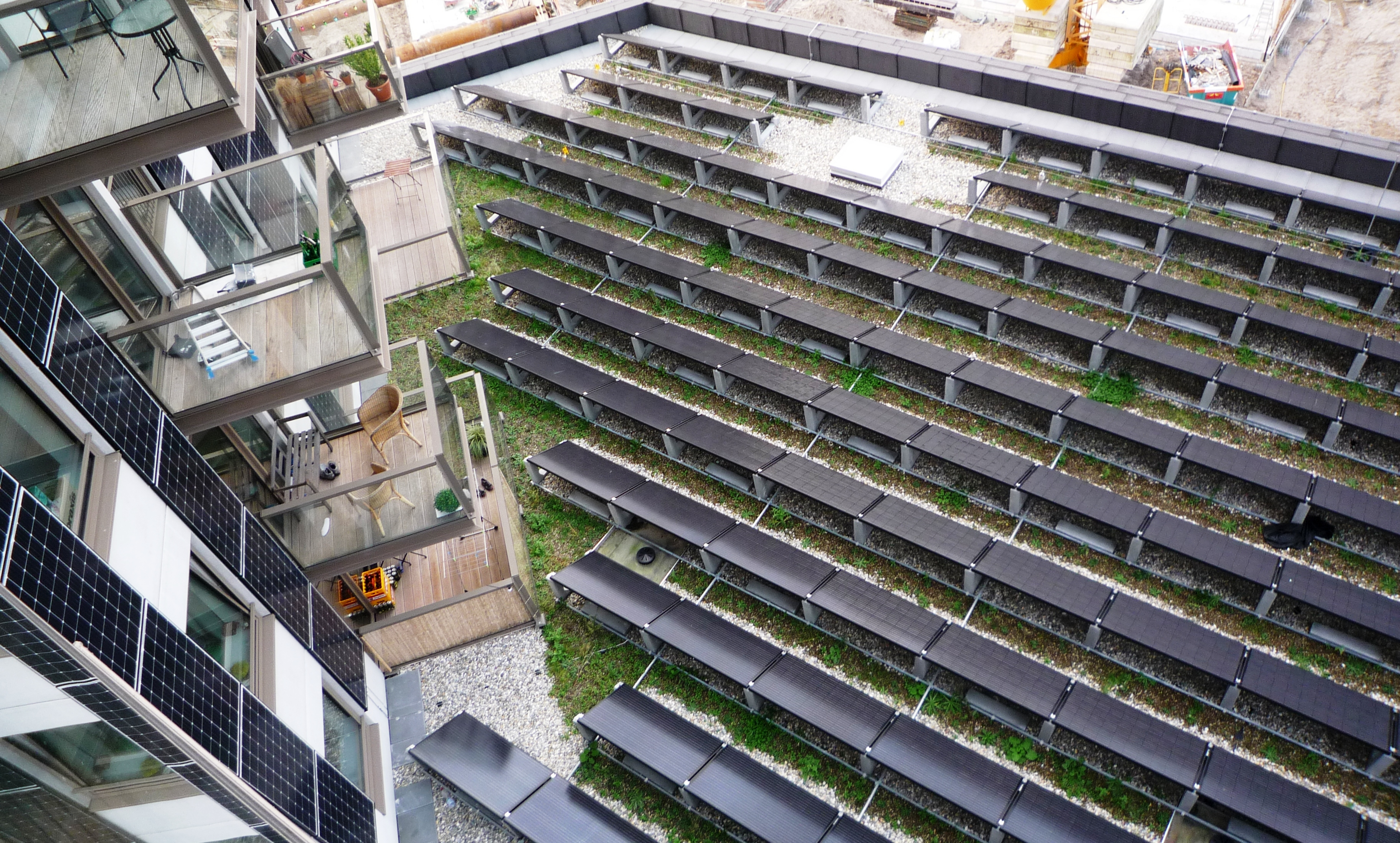 Dakruimte met PV panelen 73 meter hoge gevel
