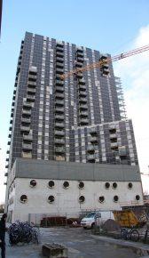 Het gebouw bestaat uit 3 volumes van verschillende hoogte