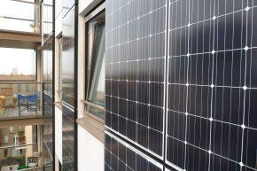 Onderhoud aan de ontspiegelde PV-panelen gebeurt door middel van de glazenwasinstallatie