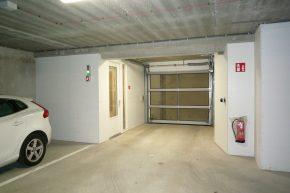 Er is een autolift voor de op de verdiepingen van het lage deel gelegen parkeergarage