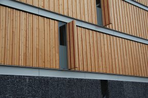 In de kopgevel zijn de balken strak tegen elkaar geplaatst, eveneens met één balk haaks op en twee plat in het vlak