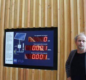 Architect Mark Siebers bij het PV-informatiepaneel in de hal