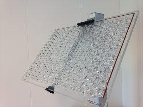 Het oppervlak van het PV-paneel is zo gevormd dat alle licht geconcentreerd wordt op de cellen.