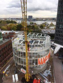 De bovenbouw heeft een dragende stalen gevelconstructie die afsteunt op de betonnen tafel van de tweede verdiepingsvloer. (Foto: Buiting Staalbouw)