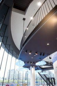 De eerste verdieping bestaat uit hangende onderdelen, waaronder een loopbrug.