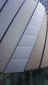 Over de gevel zijn diagonale profielen aangebracht om de stroken gevelbekleding aan te spannen. (Foto: Buitink Technology)