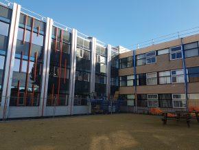 Gebouw A van de Zwolse campus van Windesheim heeft een geheel nieuwe buitenzijde gekregen. De ribben over de gevel geven ruimte aan leidingen en kanalen